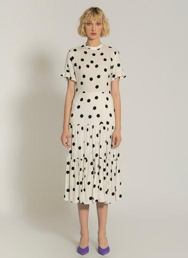 NGSTYLE Puantiye Desenli Yırtmaç Detaylı Elbise Beyaz
